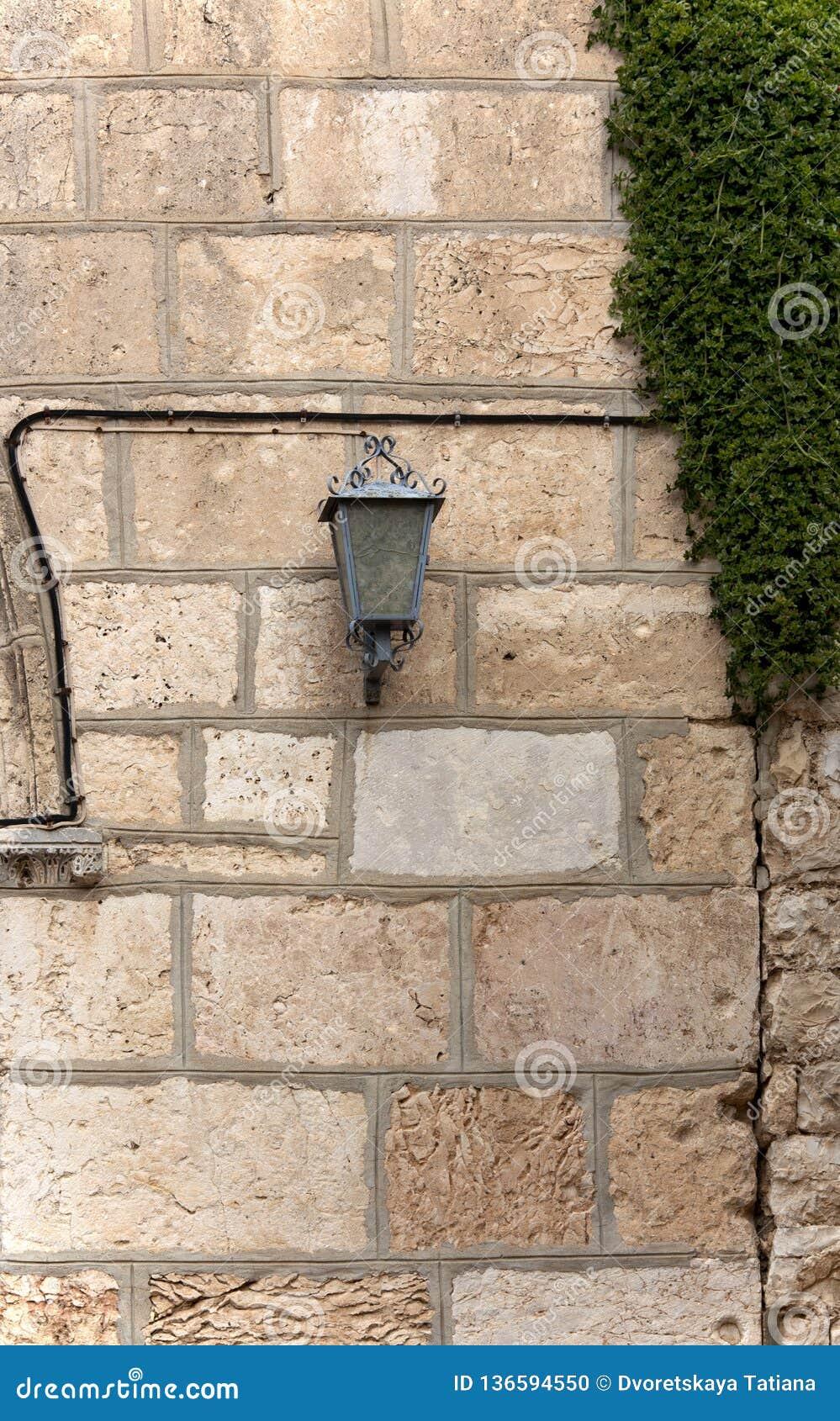 在大厦的石墙上的灯笼