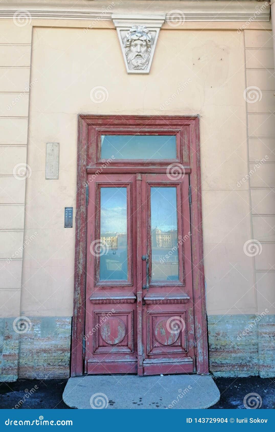 在大厦的门与浅浮雕和江边的反射