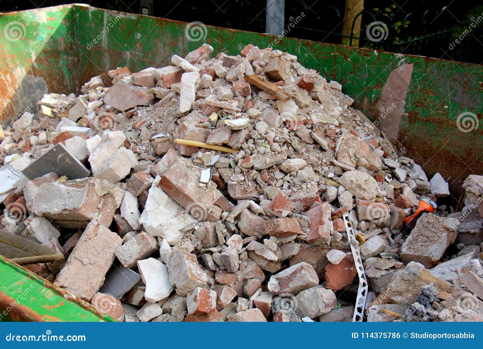 在大型垃圾桶的残破的砖
