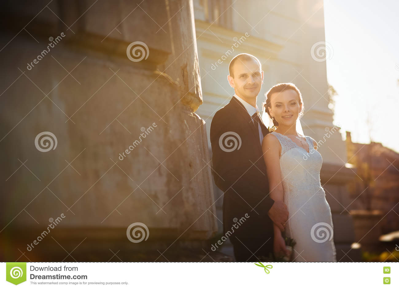 在大教堂附近的婚姻的步行