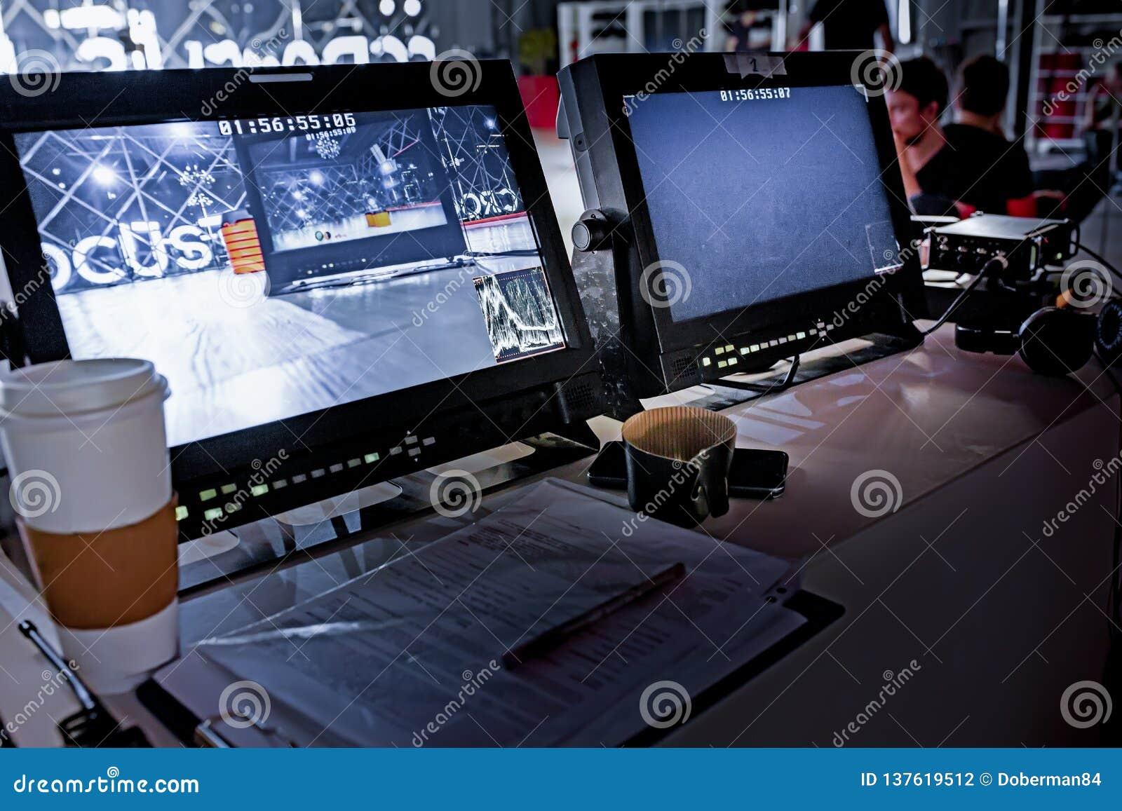 在大演播室和显示器设置的在幕后电视电影录影影片射击生产人员队和照相机