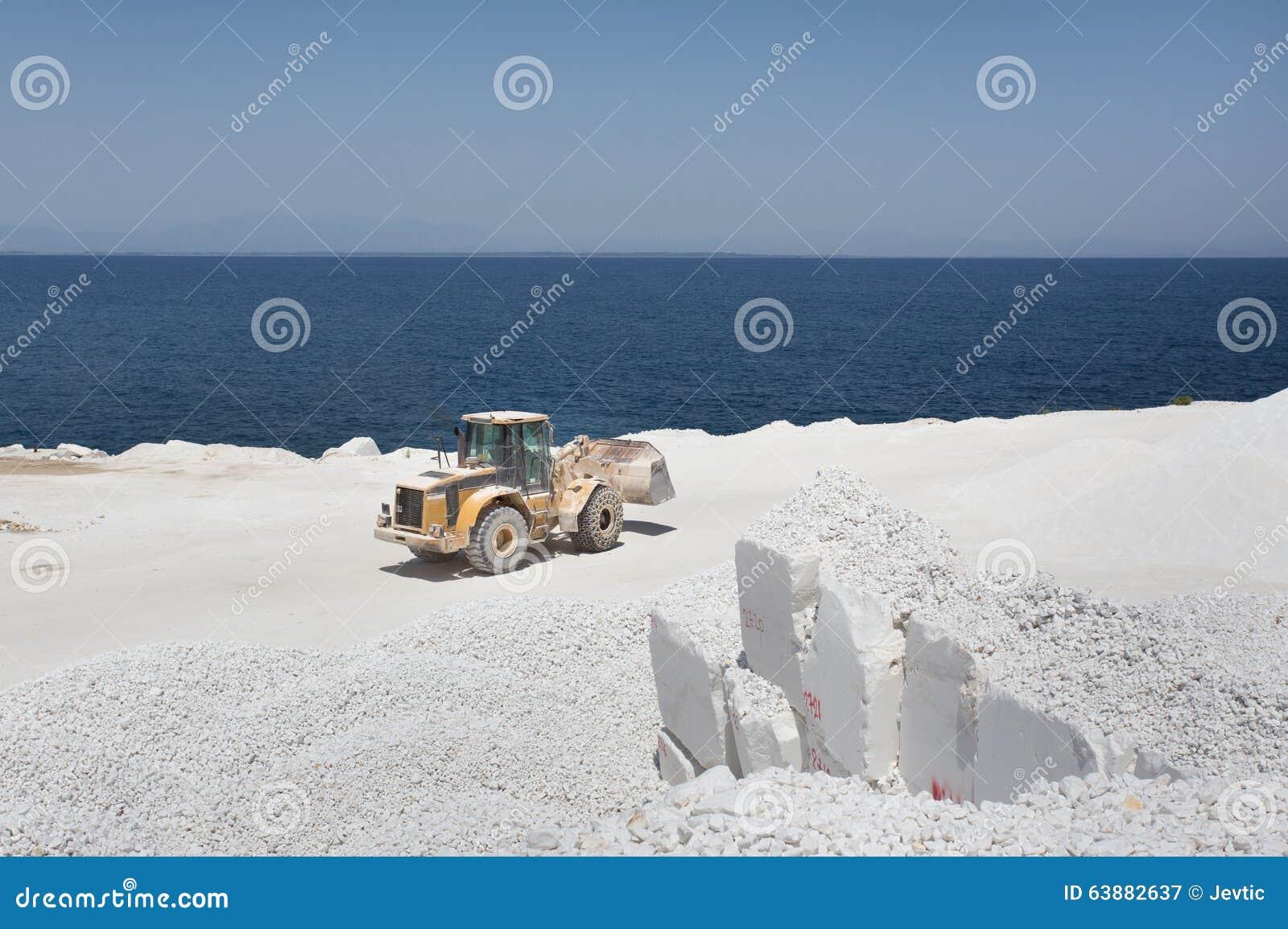在大理石猎物的推土机在海岛上