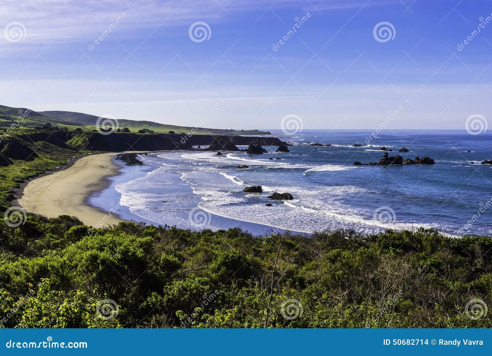 Download 在大瑟尔高速公路的美丽的海滩 库存照片. 图片 包括有 ,并且, 重新创建, 亚马逊, 户外, 海洋, 加利福尼亚 - 50682714