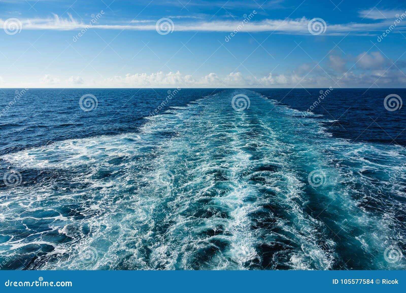 在大西洋和蓝天的回流