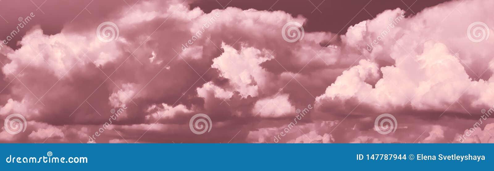 在天空的全景与剧烈的云彩 在天空的明亮的灰色云彩适用于背景 r 阴云密布