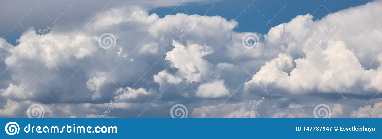 在天空的全景与剧烈的云彩 在天空的蓬松白色云彩适用于背景 r 阴云密布