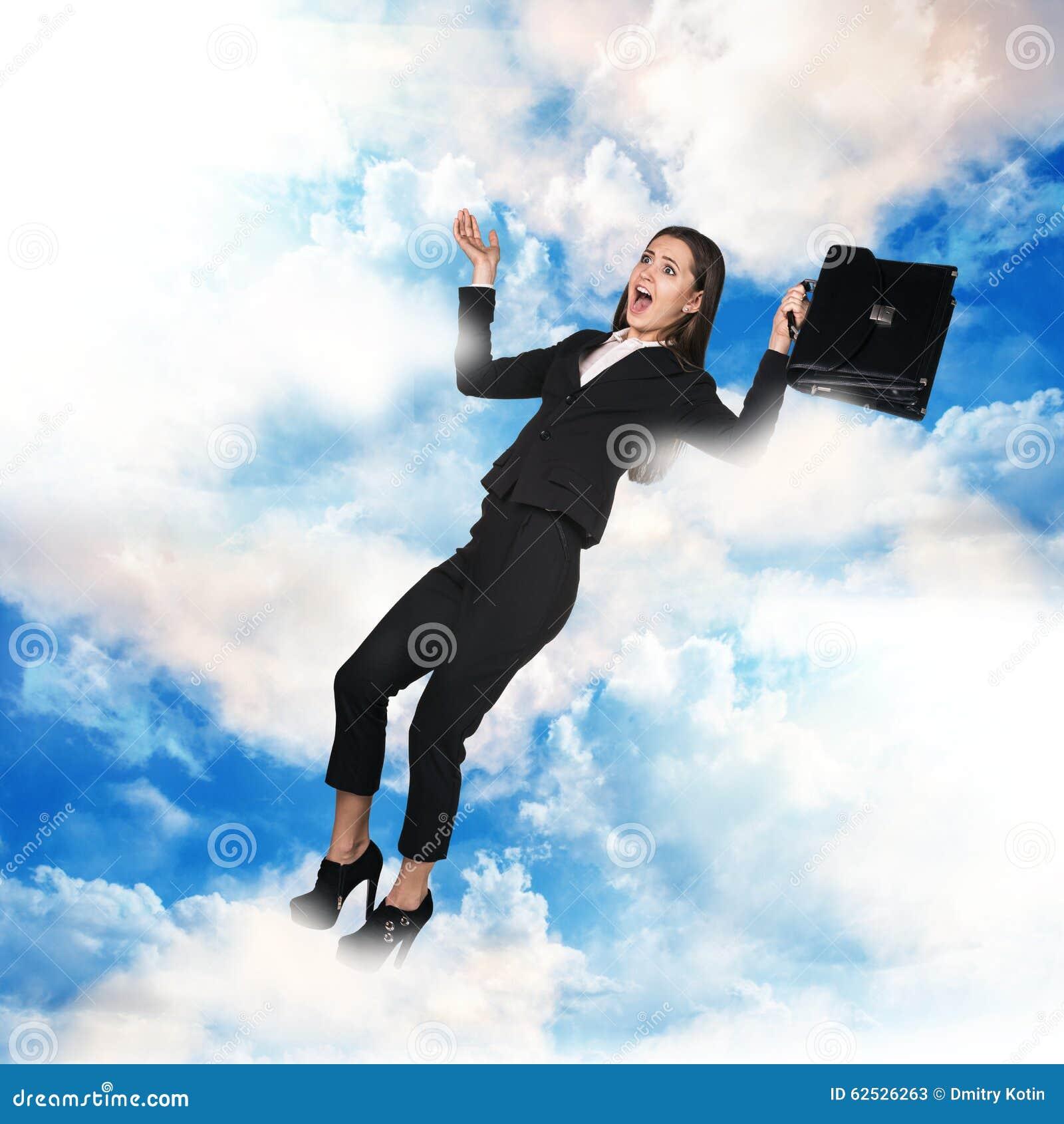 在天空的女商人飞行