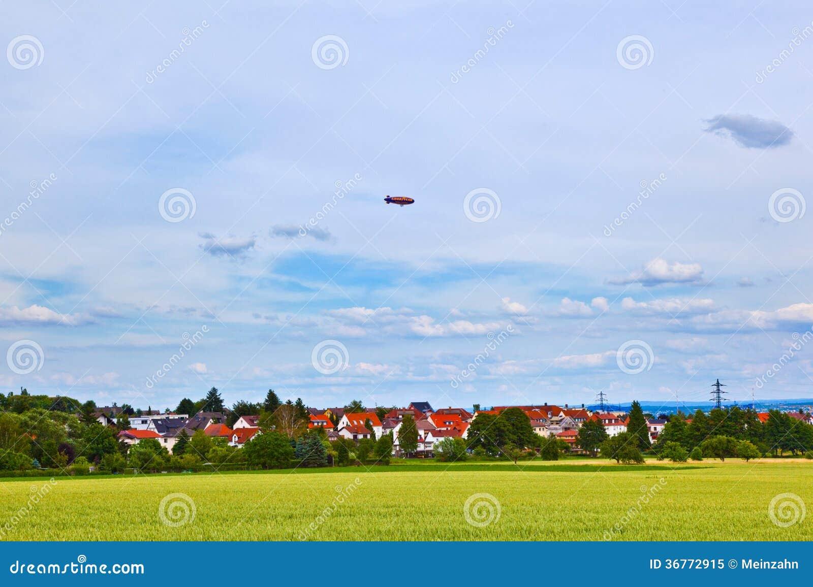 在天空的策帕林飞艇在被赞助的旅行中