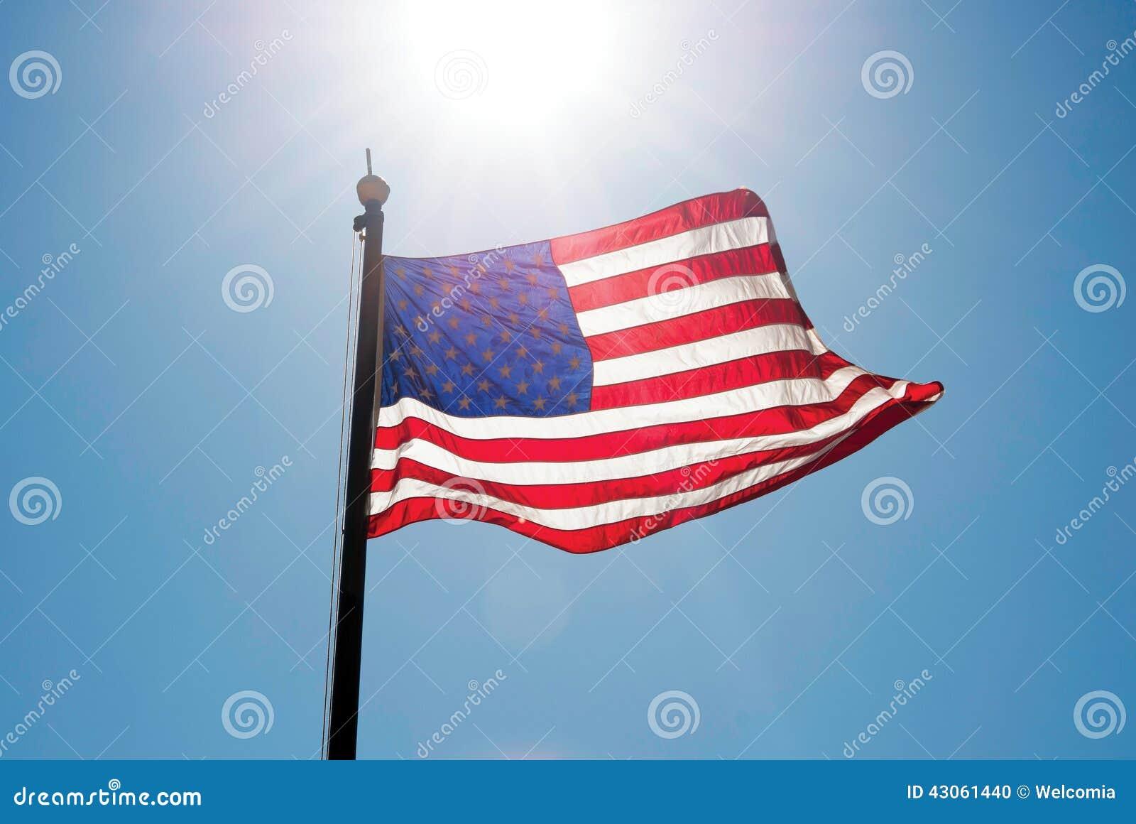 在天空的美国旗子