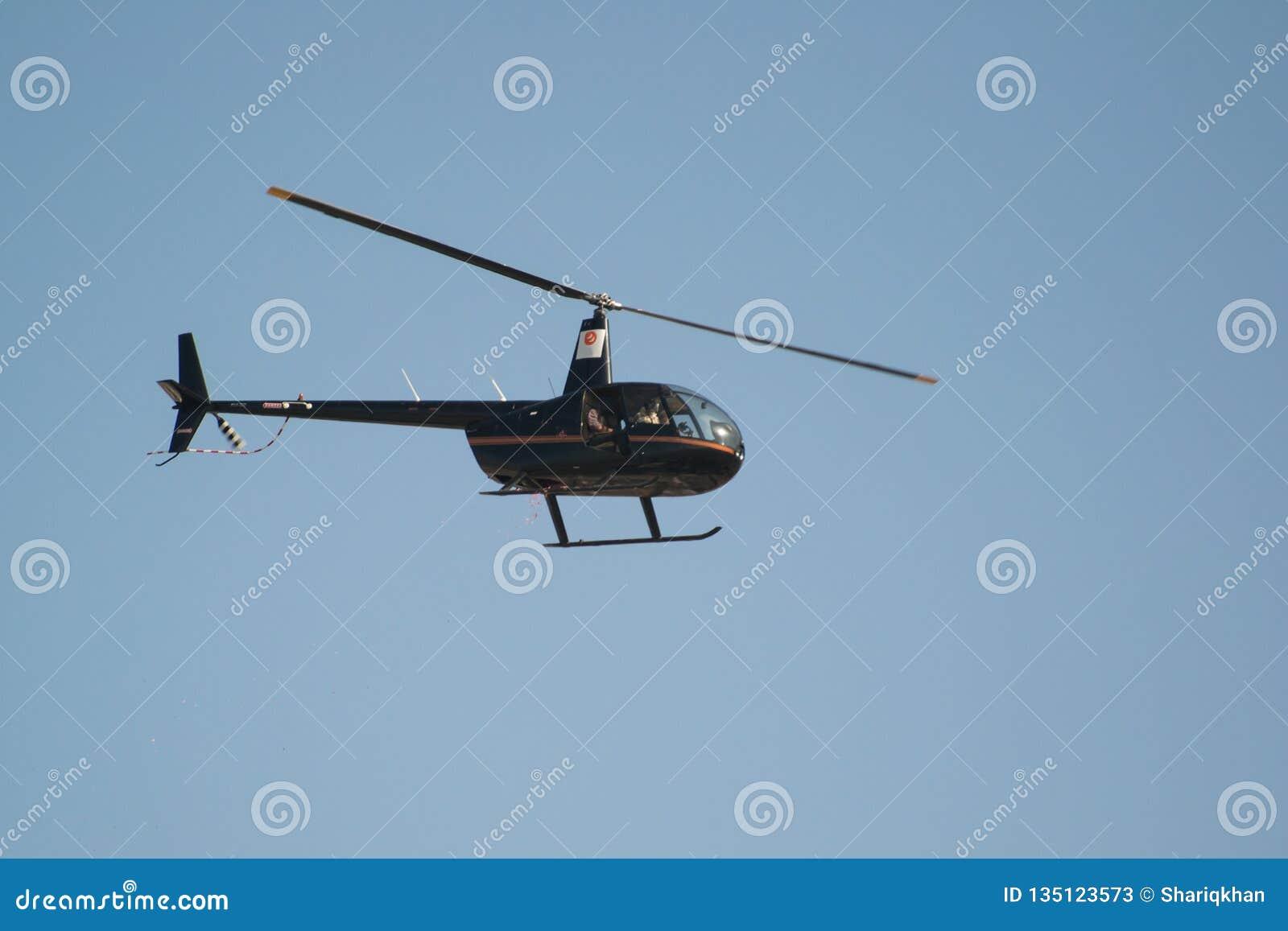 在天空的黑直升机