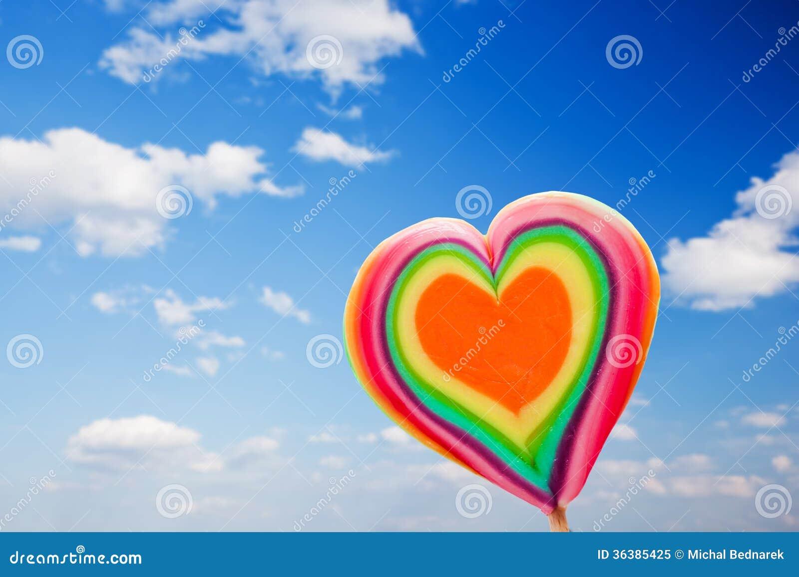 在天空背景的五颜六色的心形的棒棒糖