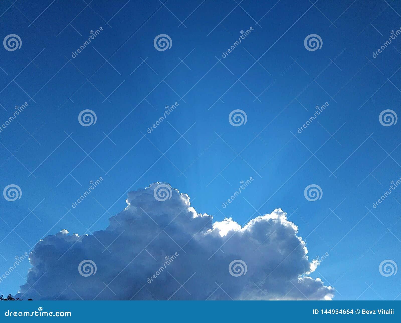 在天空蔚蓝明亮的云彩