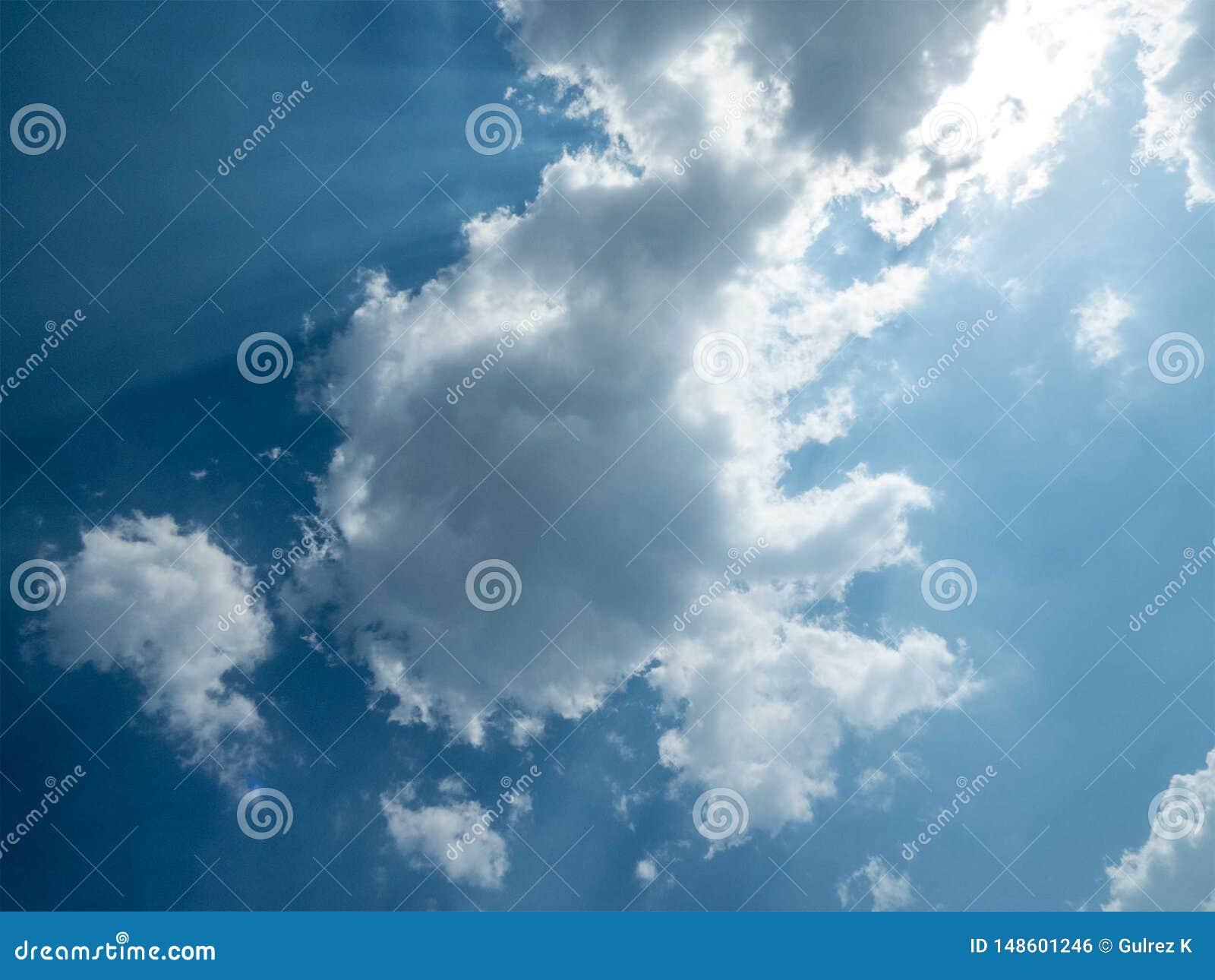 在天空蔚蓝的云彩,来通过云彩的太阳光芒