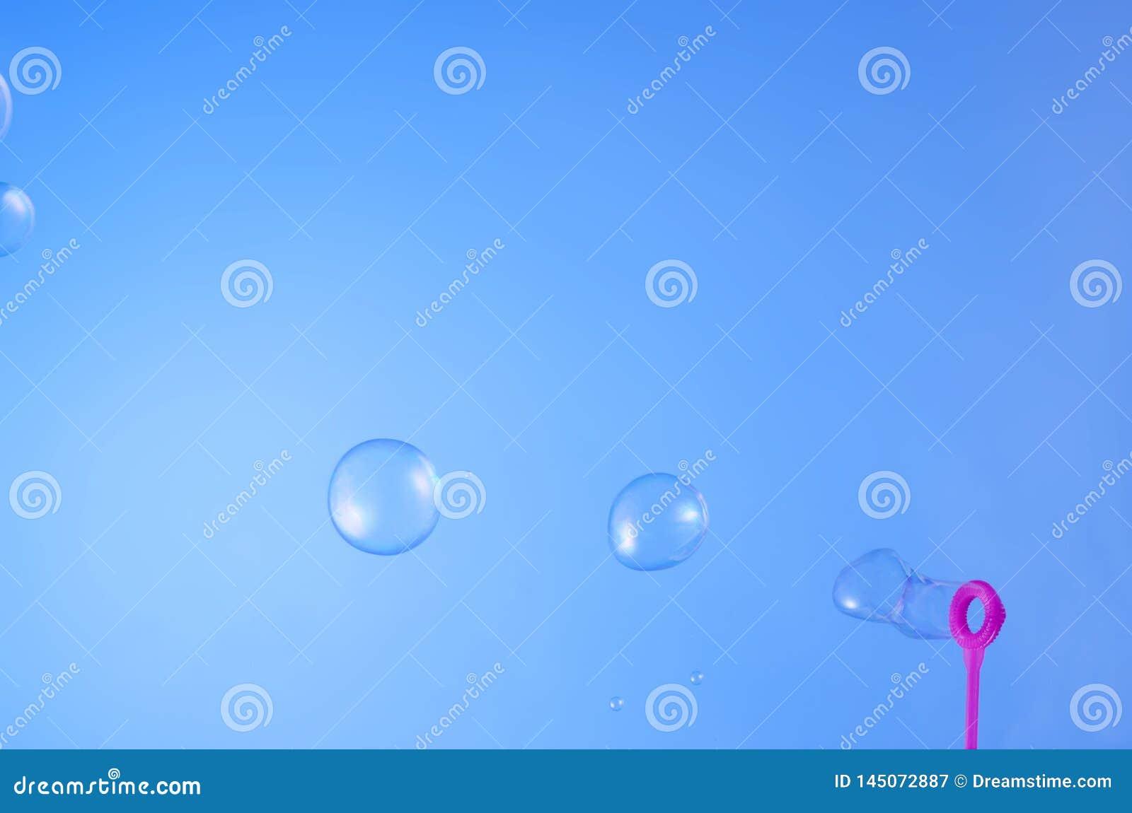 在天空蔚蓝的浮动泡影肥皂