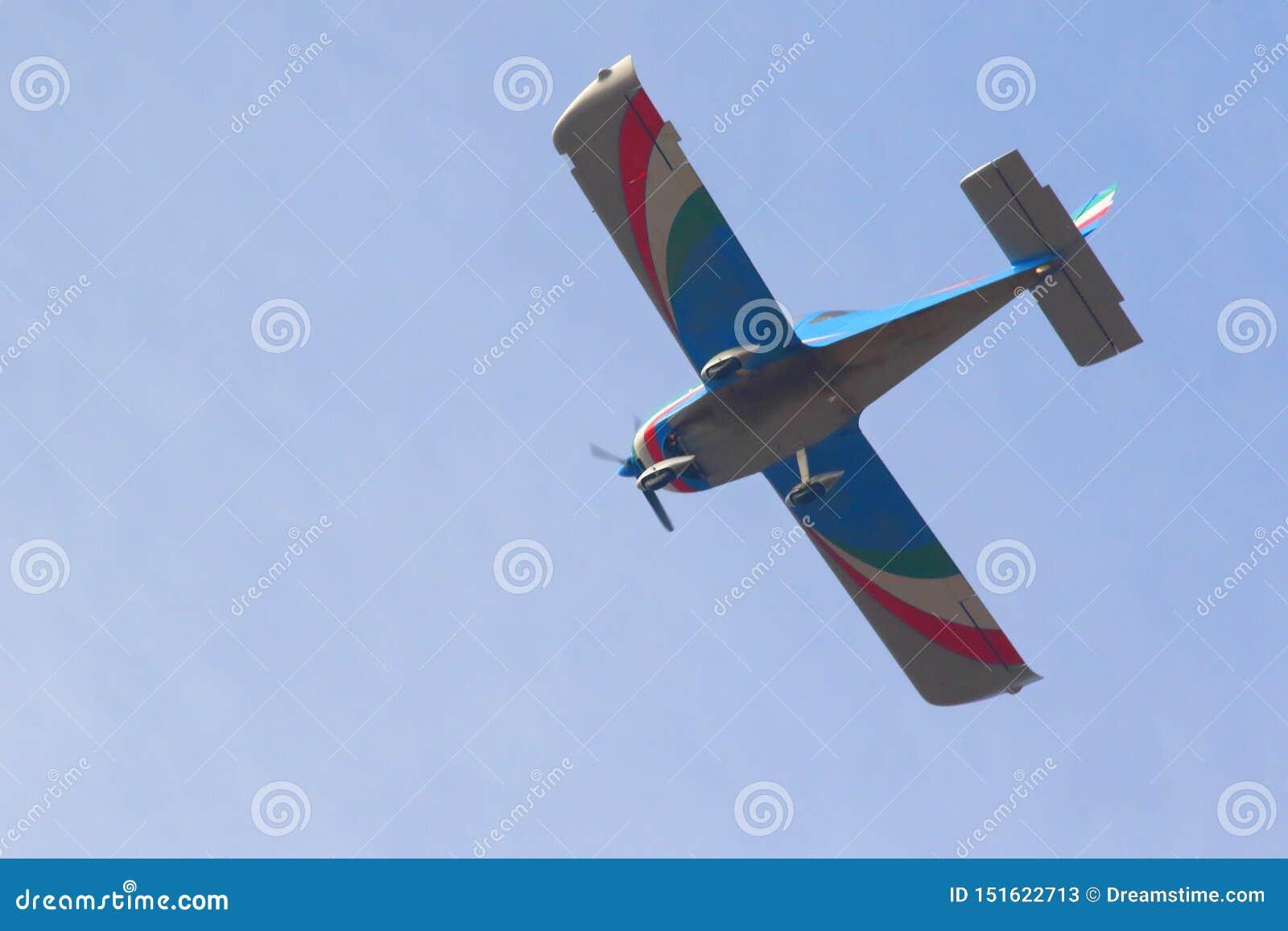 在天空蔚蓝的飞行