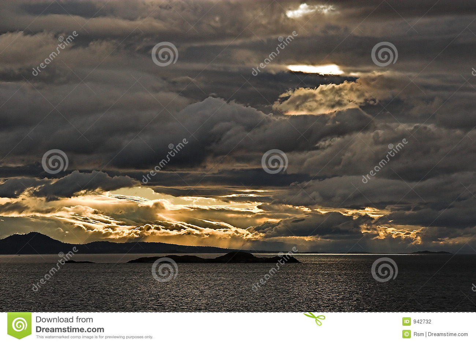 在天空风雨如磐的水