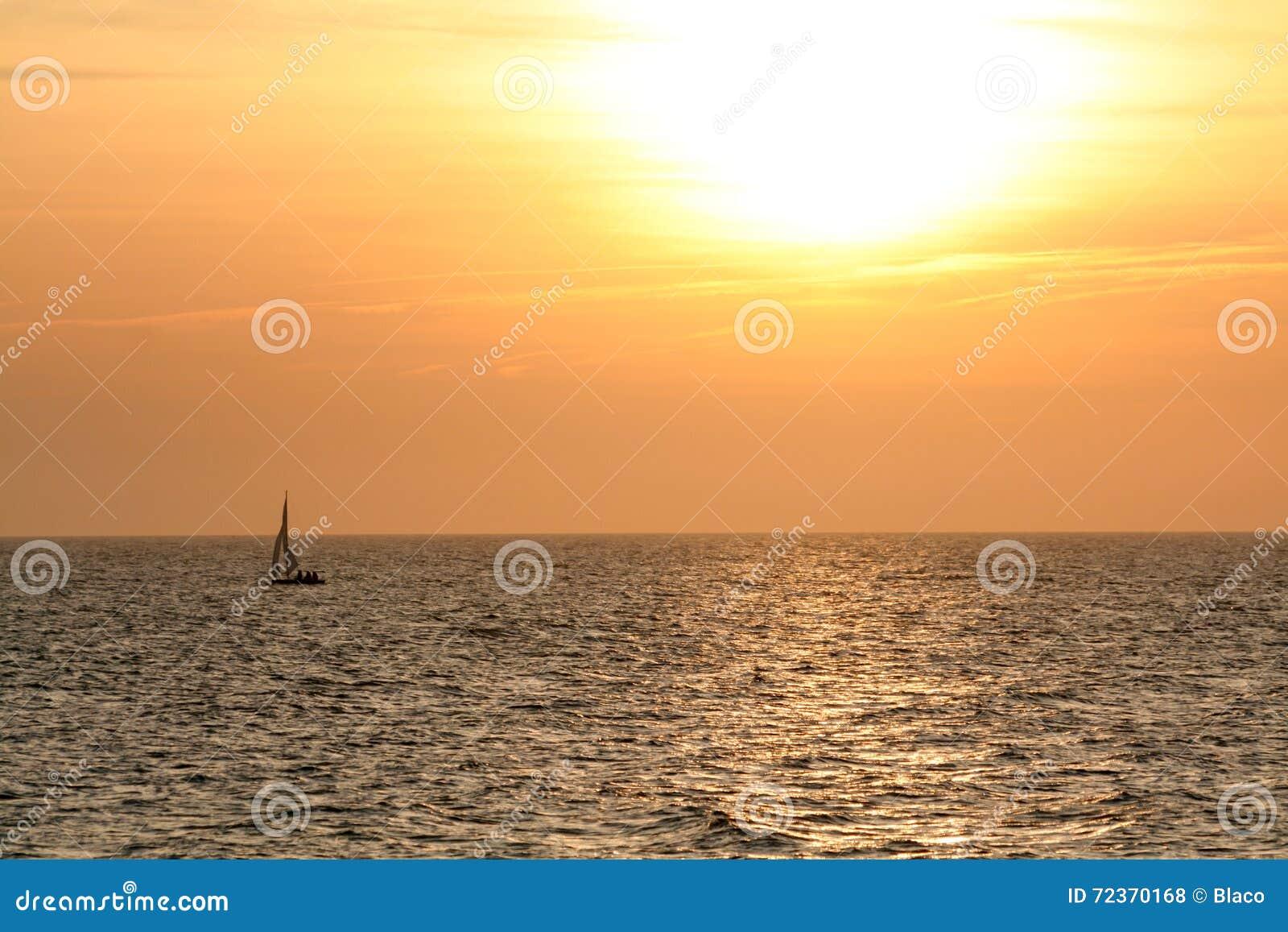 在天际海的小船日落的