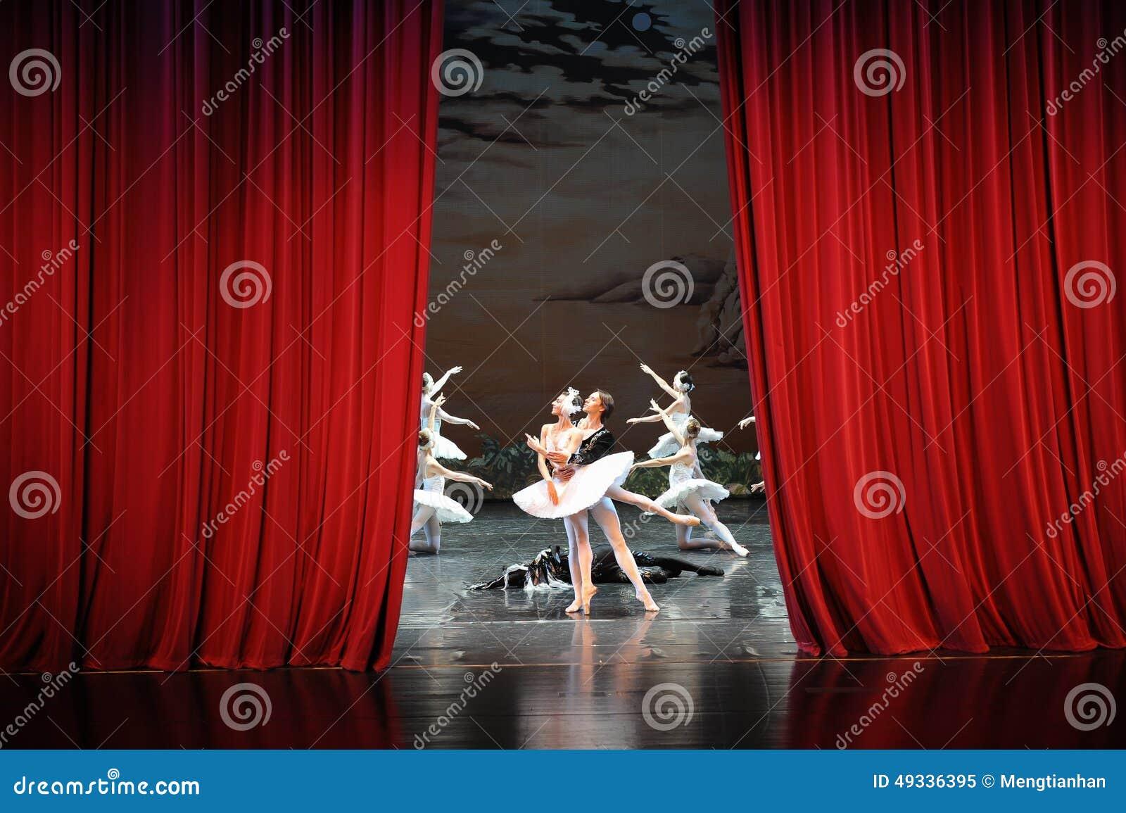 在天鹅湖芭蕾结束时天鹅湖戏剧这为时场面