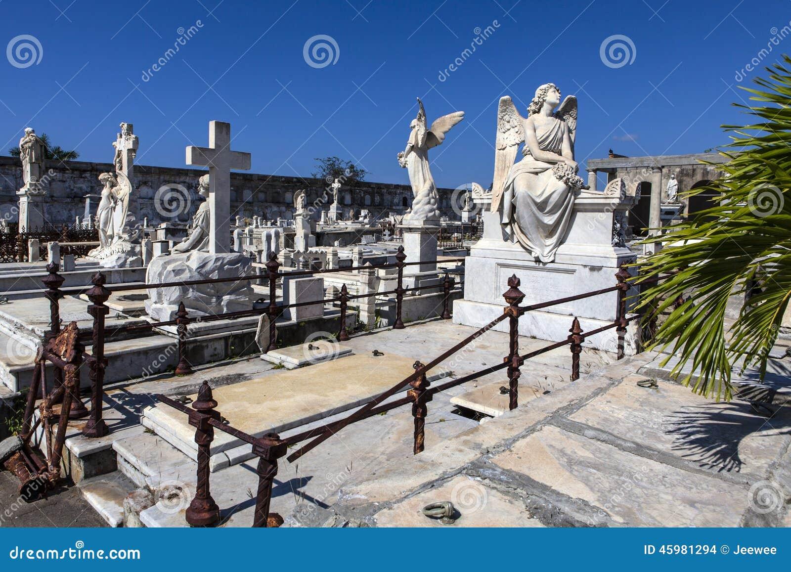 在天主教Cementerio la女王公墓的富有的装饰的坟墓在西恩富戈斯,古巴
