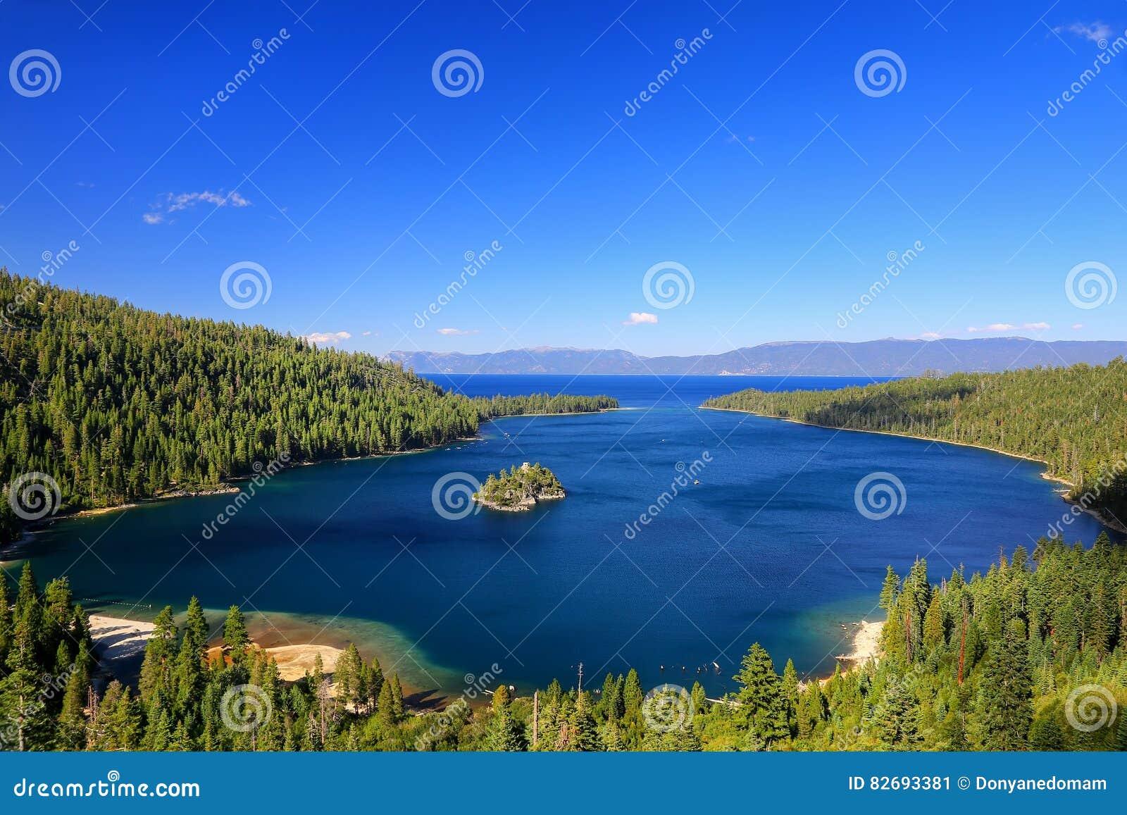 在太浩湖的鲜绿色海湾有Fannette海岛的,加利福尼亚,美国