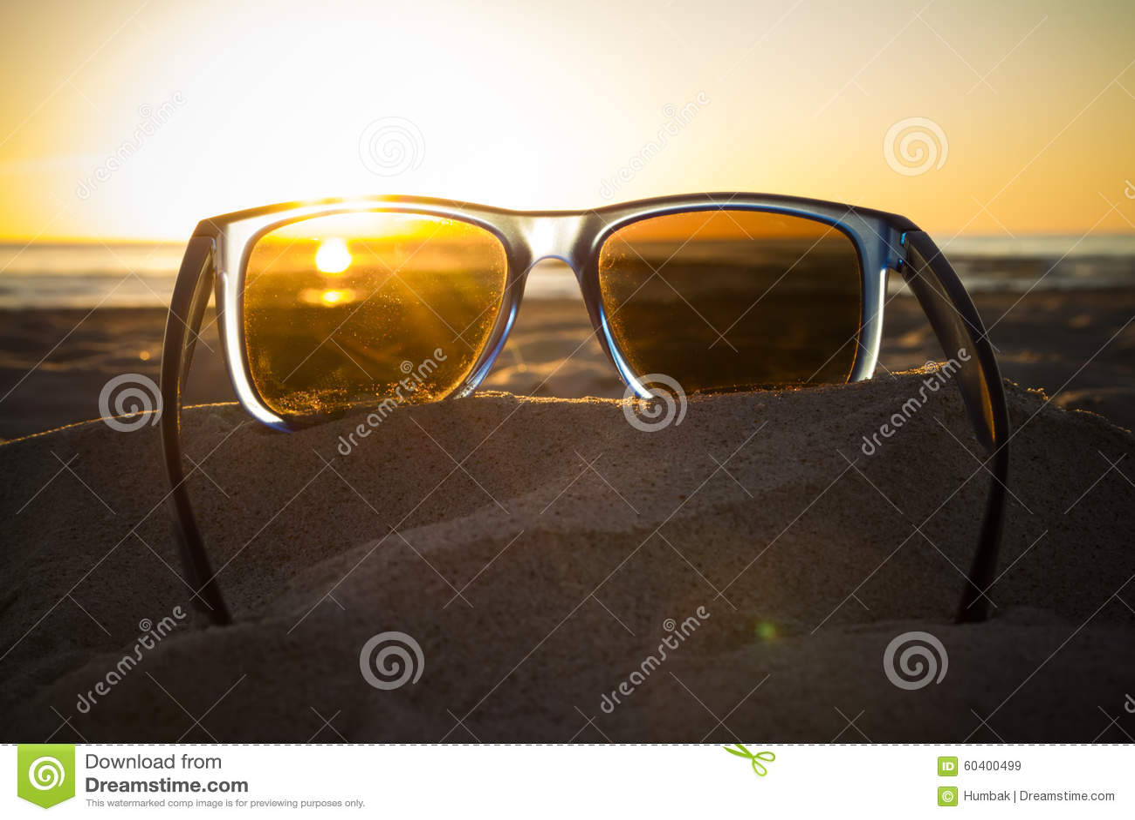 在太阳镜的日落