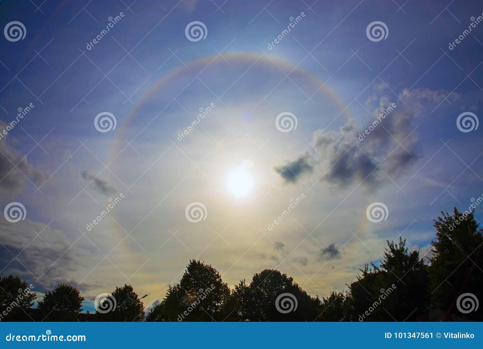 在太阳附近的圆彩虹 光晕