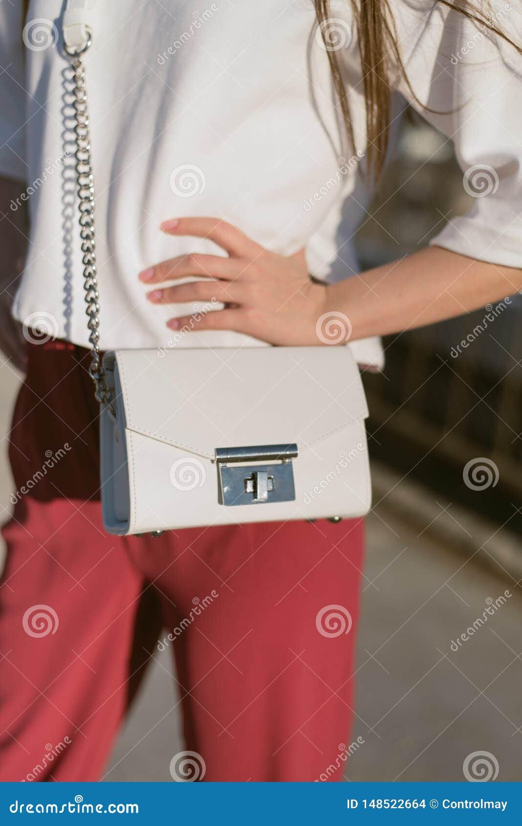 在女孩的袋子
