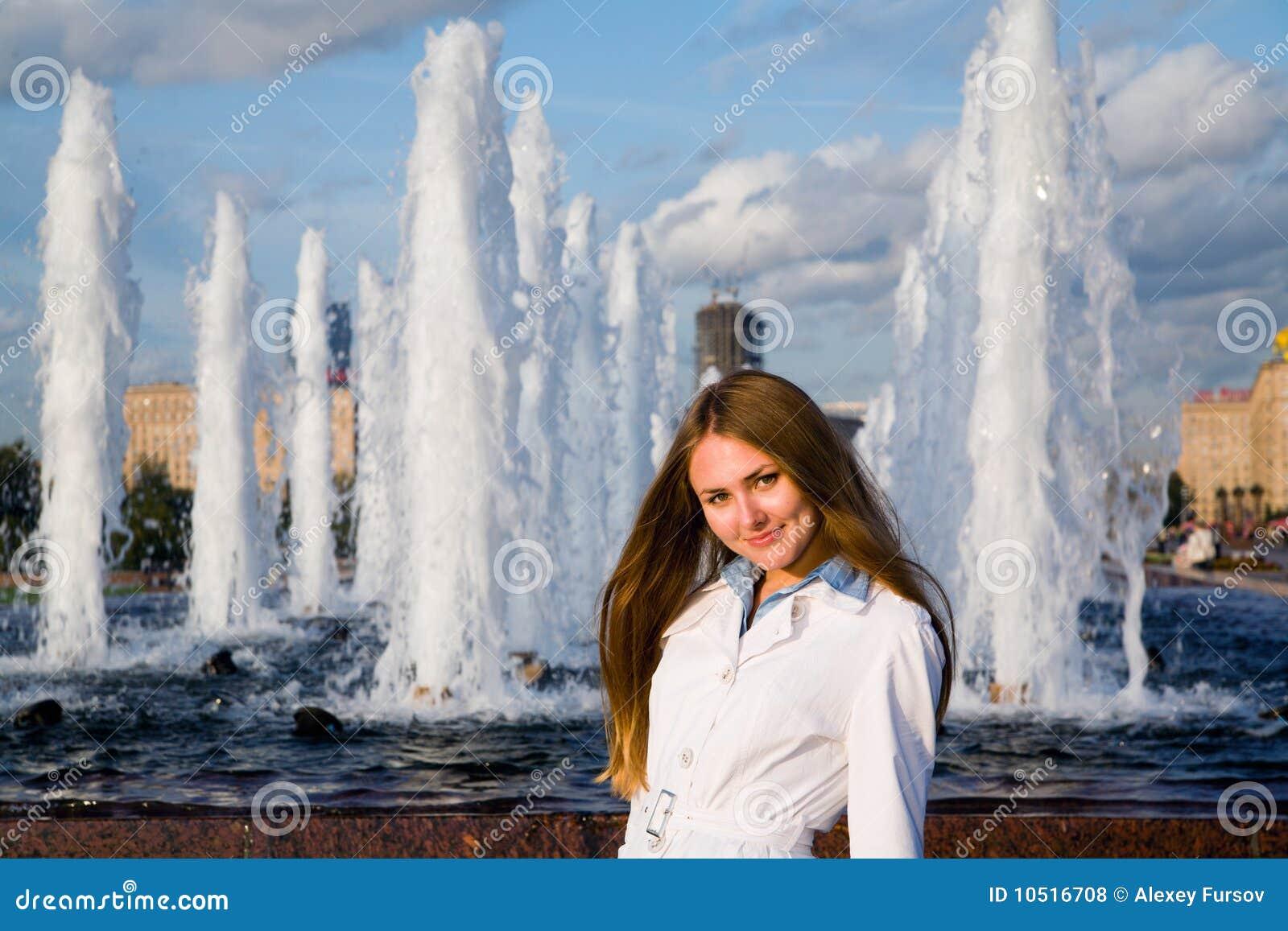 在妇女年轻人附近的喷泉