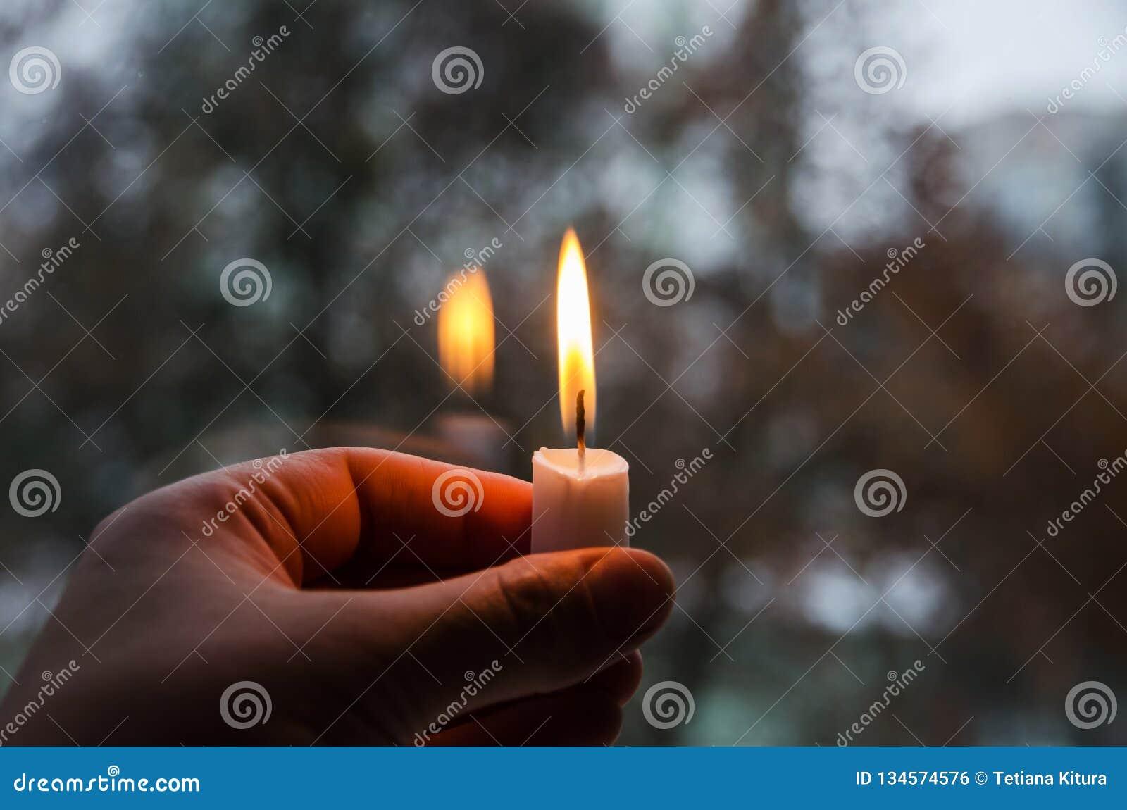 在妇女的手上点燃的一个蜡烛
