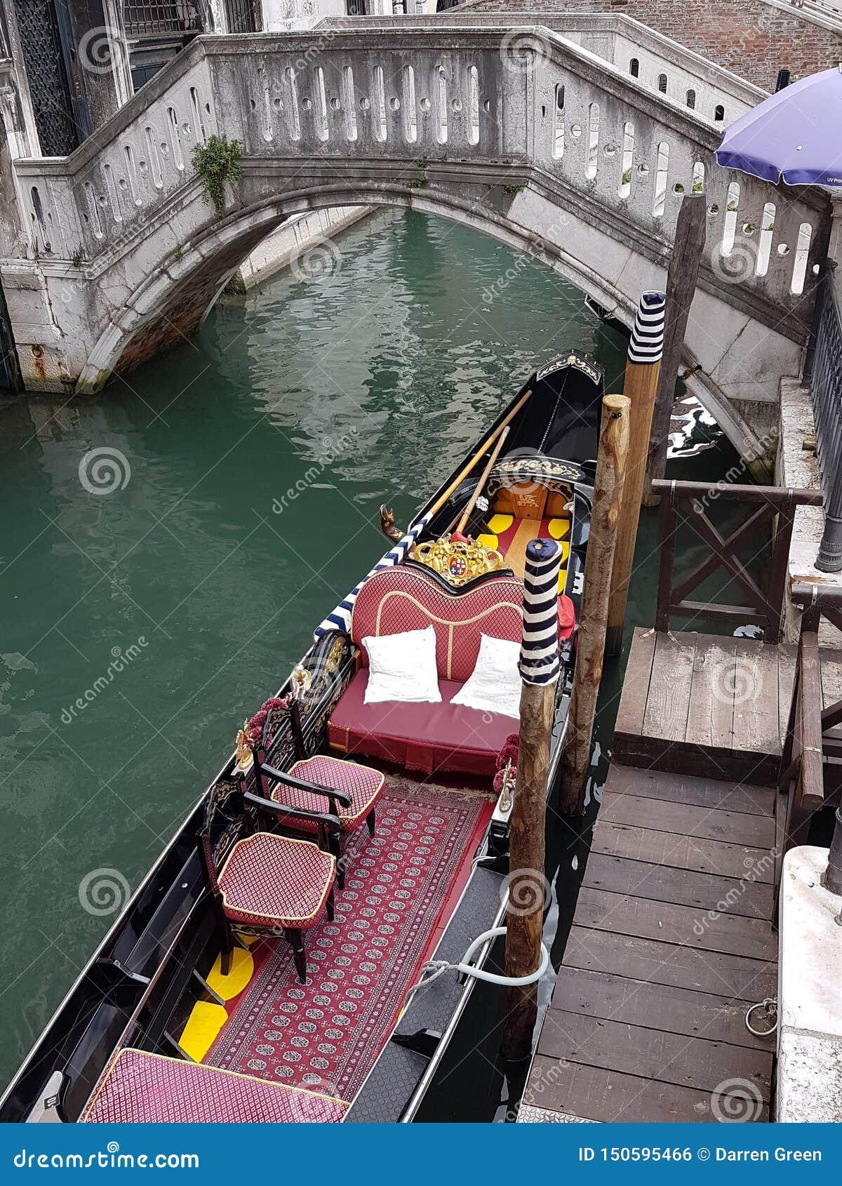 在威尼斯运河停泊的长平底船