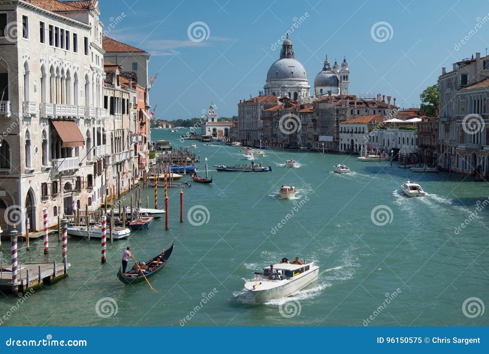 在威尼斯,意大利加速在繁忙的大运河的小船