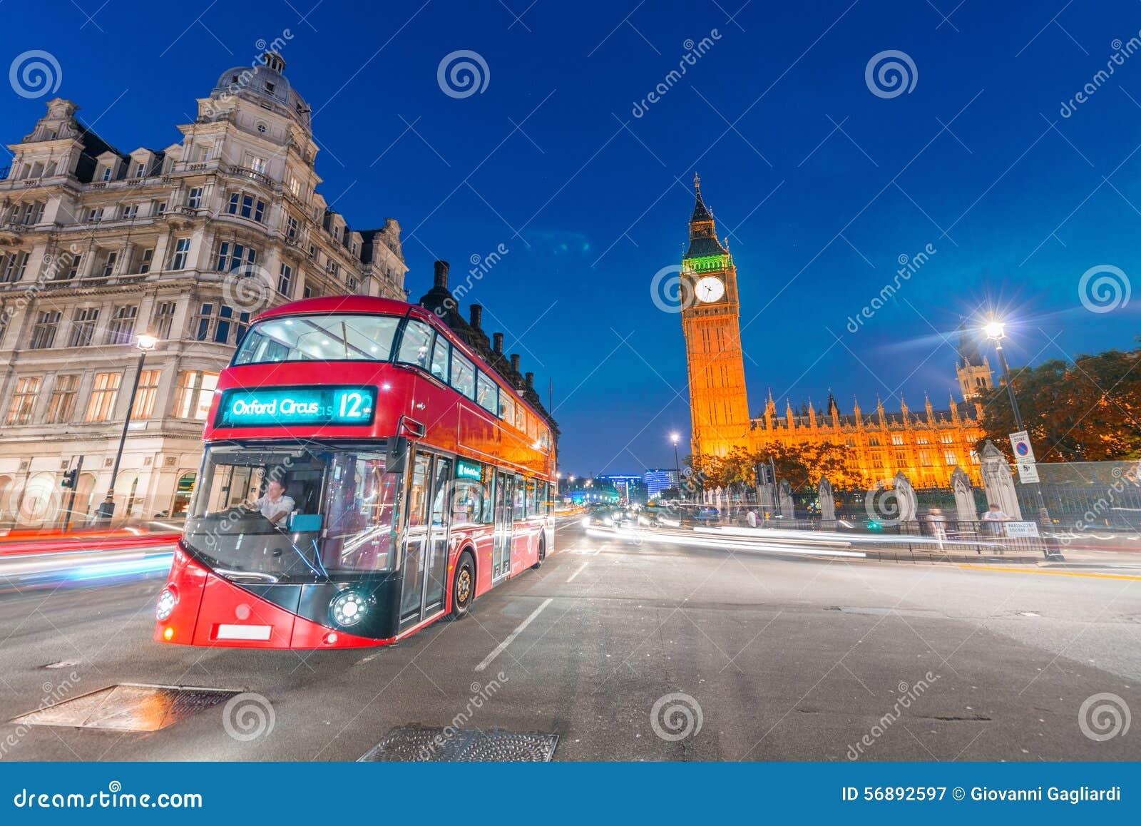 在威斯敏斯特桥梁在晚上,伦敦的红色公共汽车