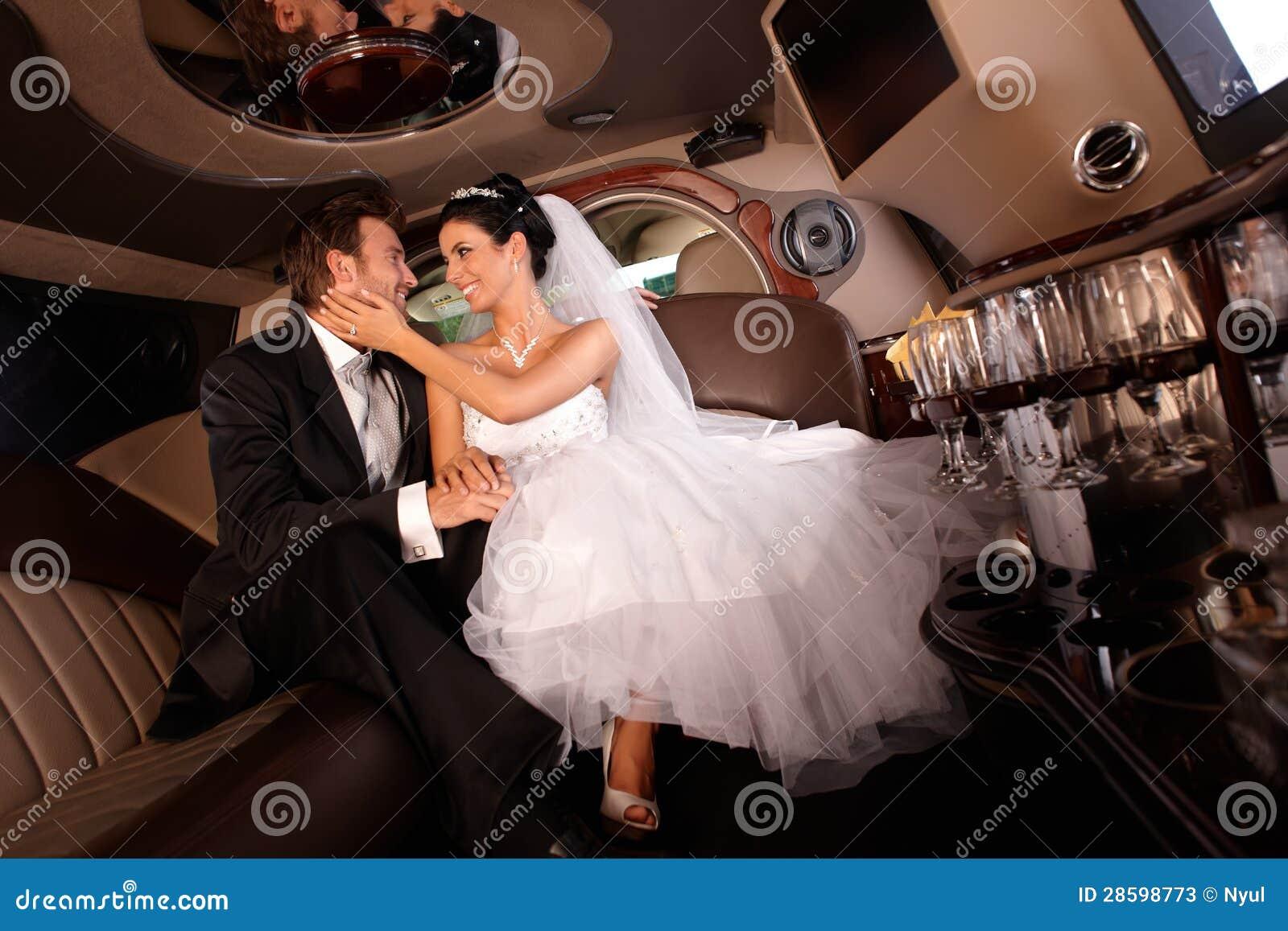 在婚礼日的愉快的夫妇
