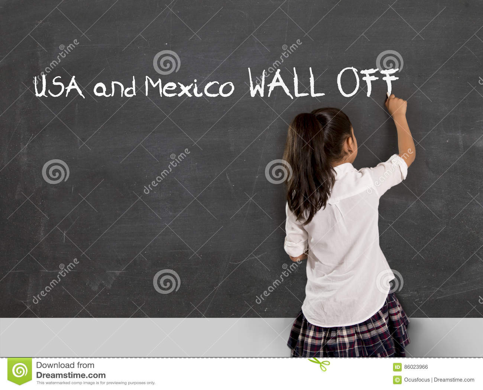 在学校教室黑板墨西哥和美国的年轻政治积极分子女小学生文字围住