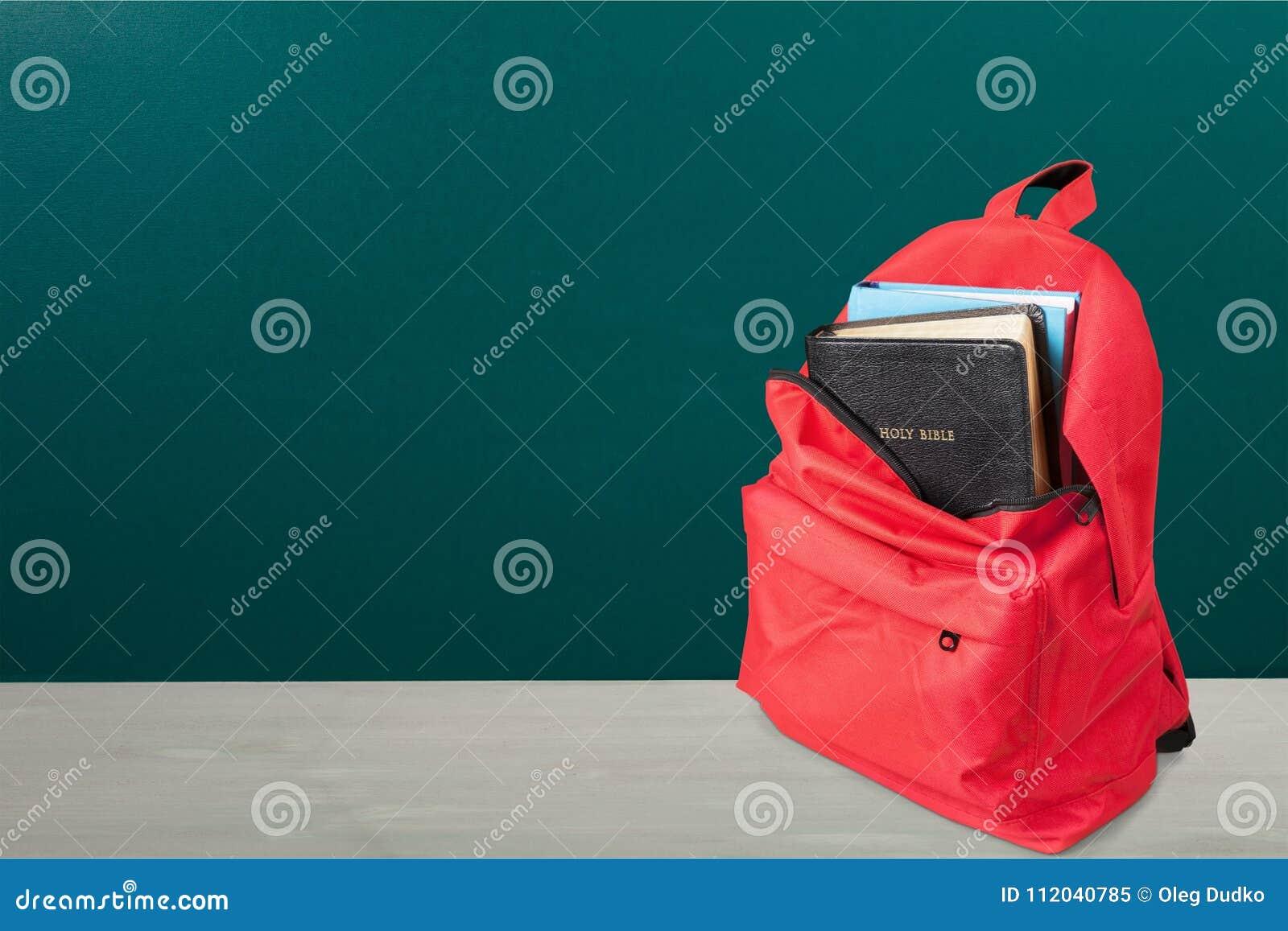 在学校背包的圣经书