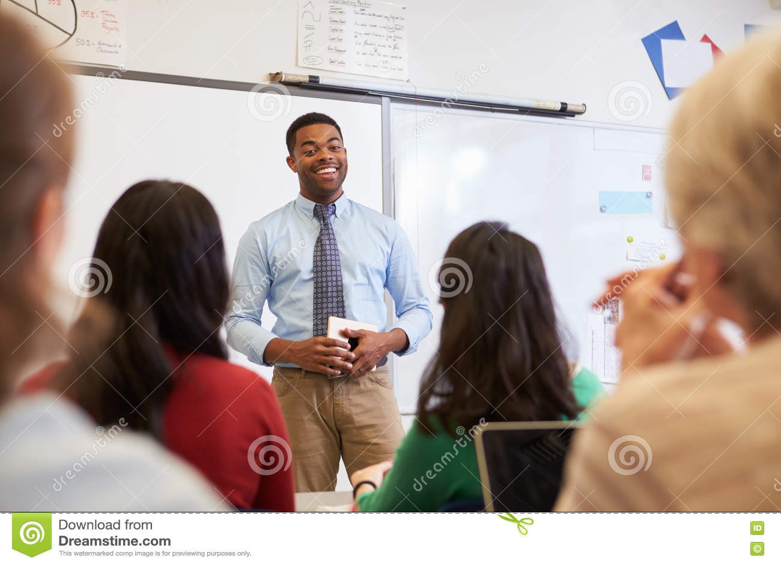在学生前面的男老师成人教育类的