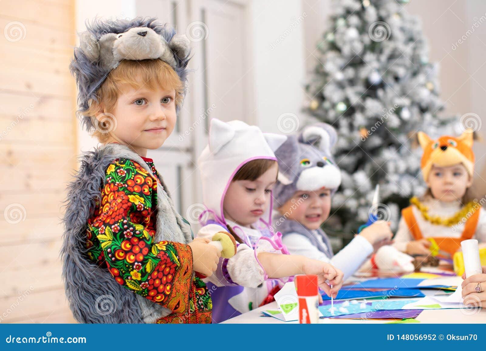 在孩子的儿童手工棍打 工艺教训在小学 孩子男孩朋友一起weared动物服装