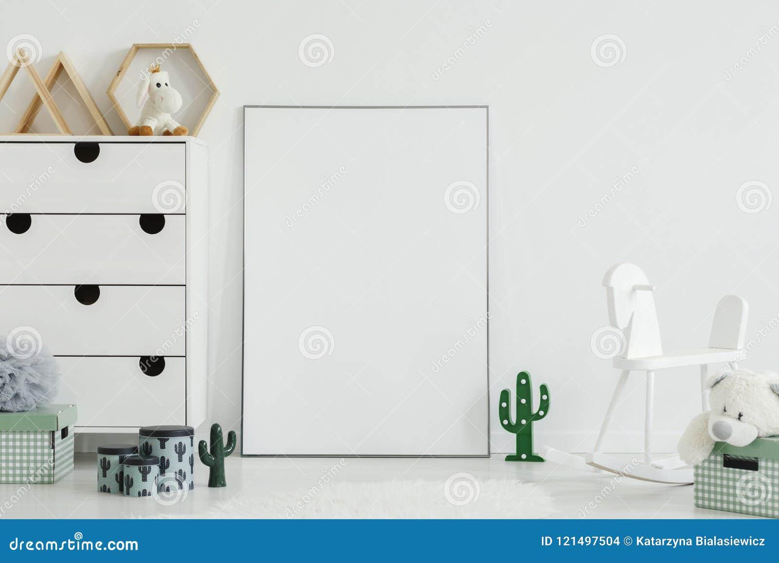 在孩子` s室内部机智的白色摇马和仙人掌光