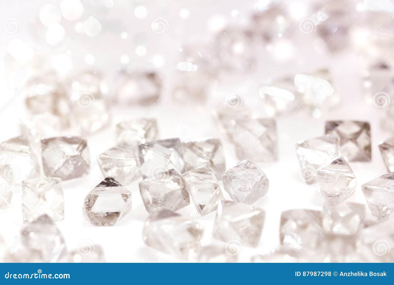 在宏指令的自然透明金刚石在白色