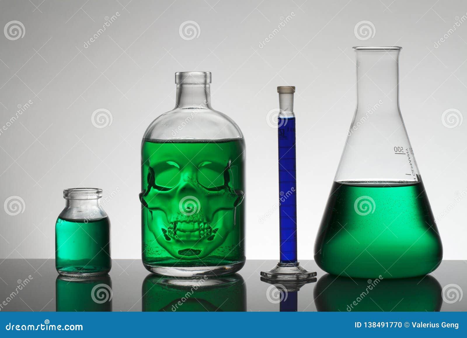 在实验室瓶的液体 科学生物化学的实验室 五颜六色的液体