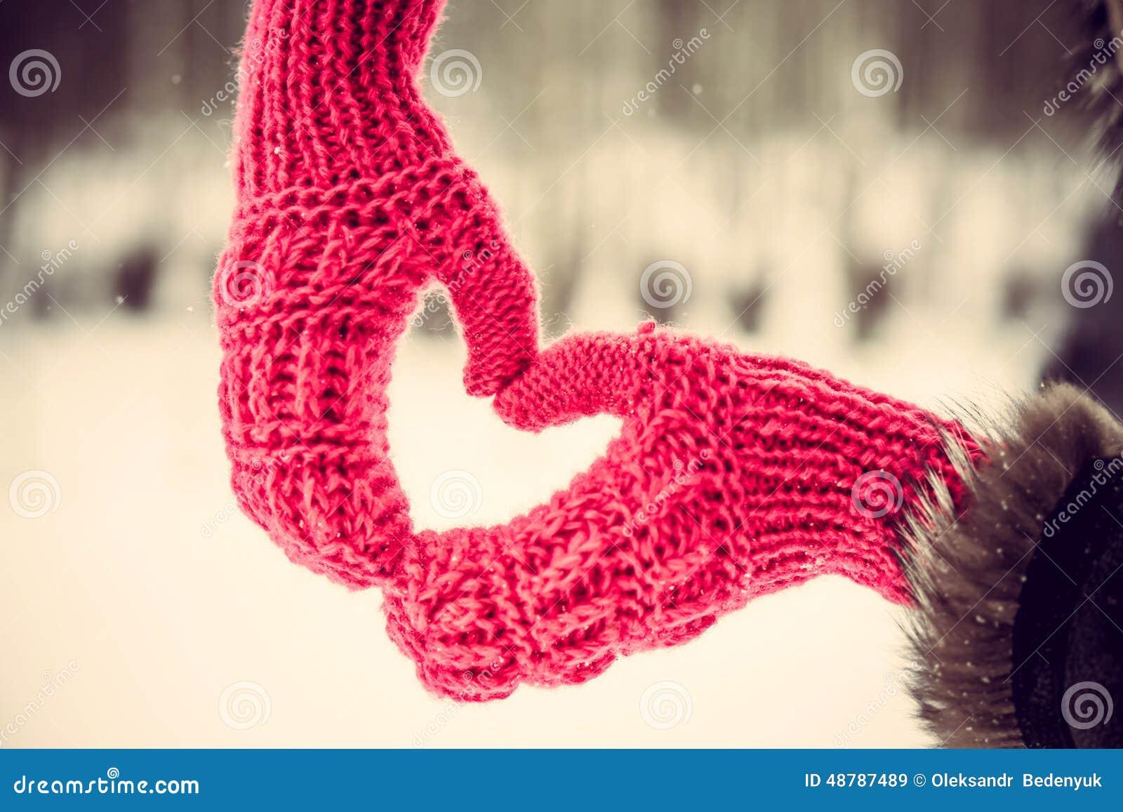 在室外的手套的心形的手