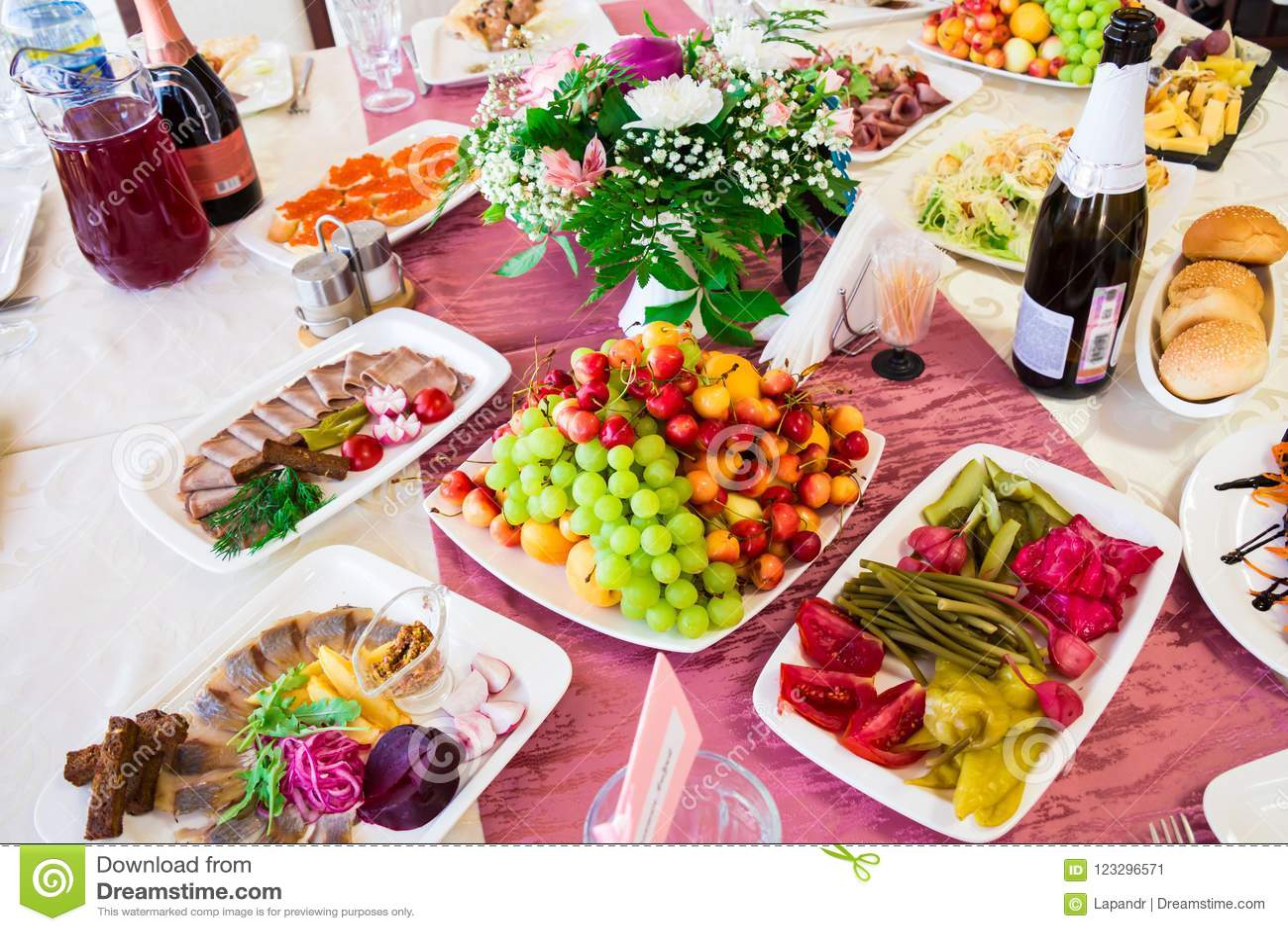 在宴会的服务的桌 果子、快餐、纤巧和花在餐馆 庄严的事件或婚礼