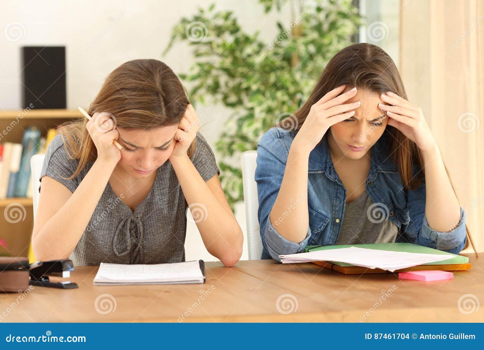在家一起学习的学生