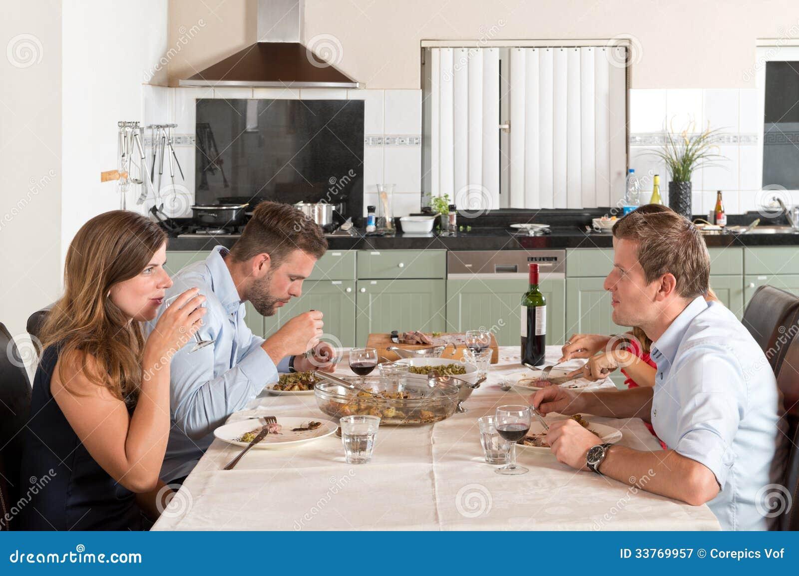 在家享受晚餐的朋友