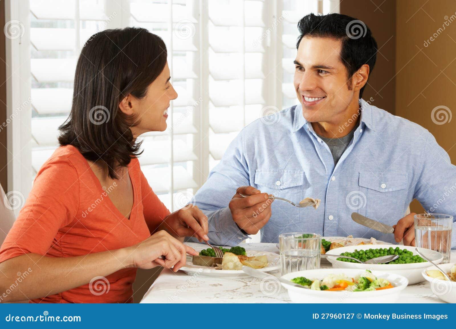 在家享受膳食的夫妇