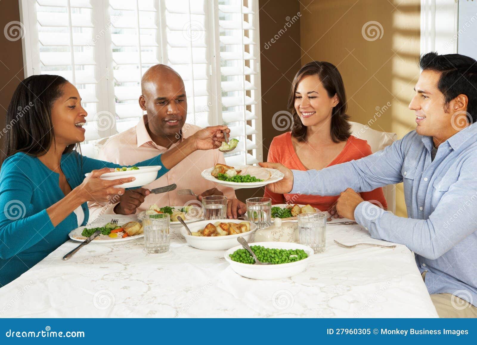 在家享受膳食的组朋友