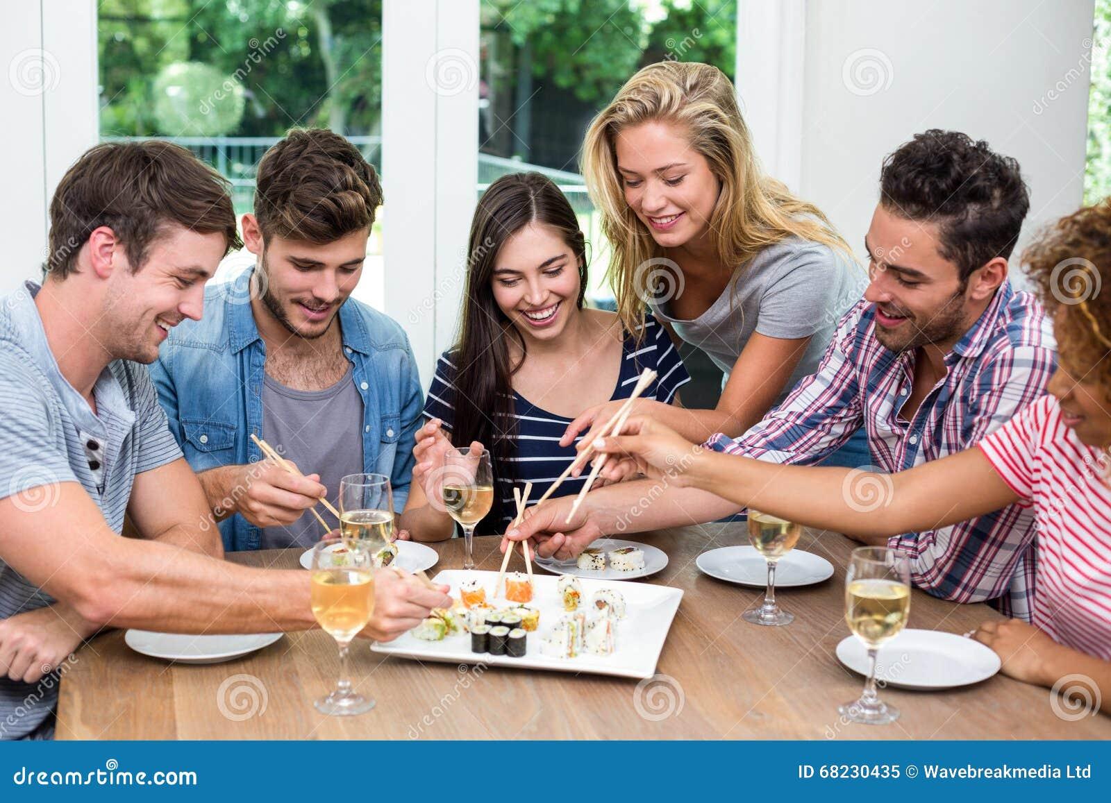 在家享用酒和寿司的朋友