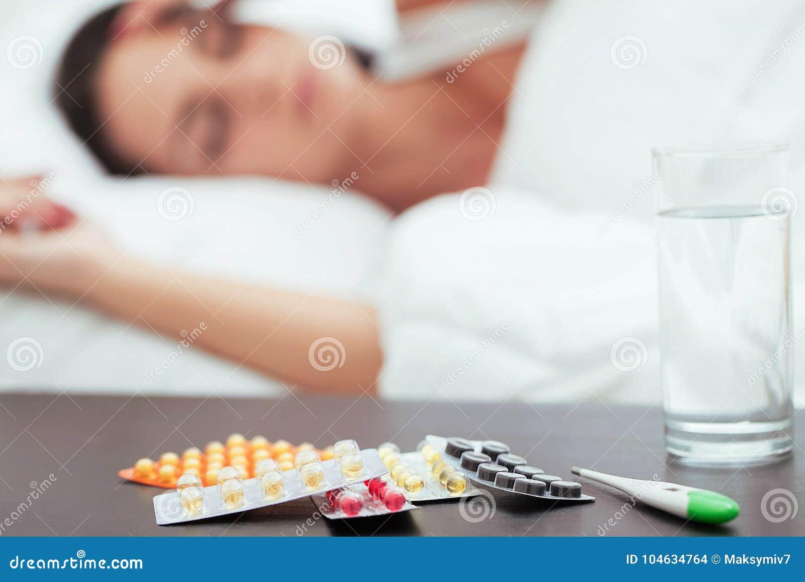 在家休息在床上的病的美丽的妇女