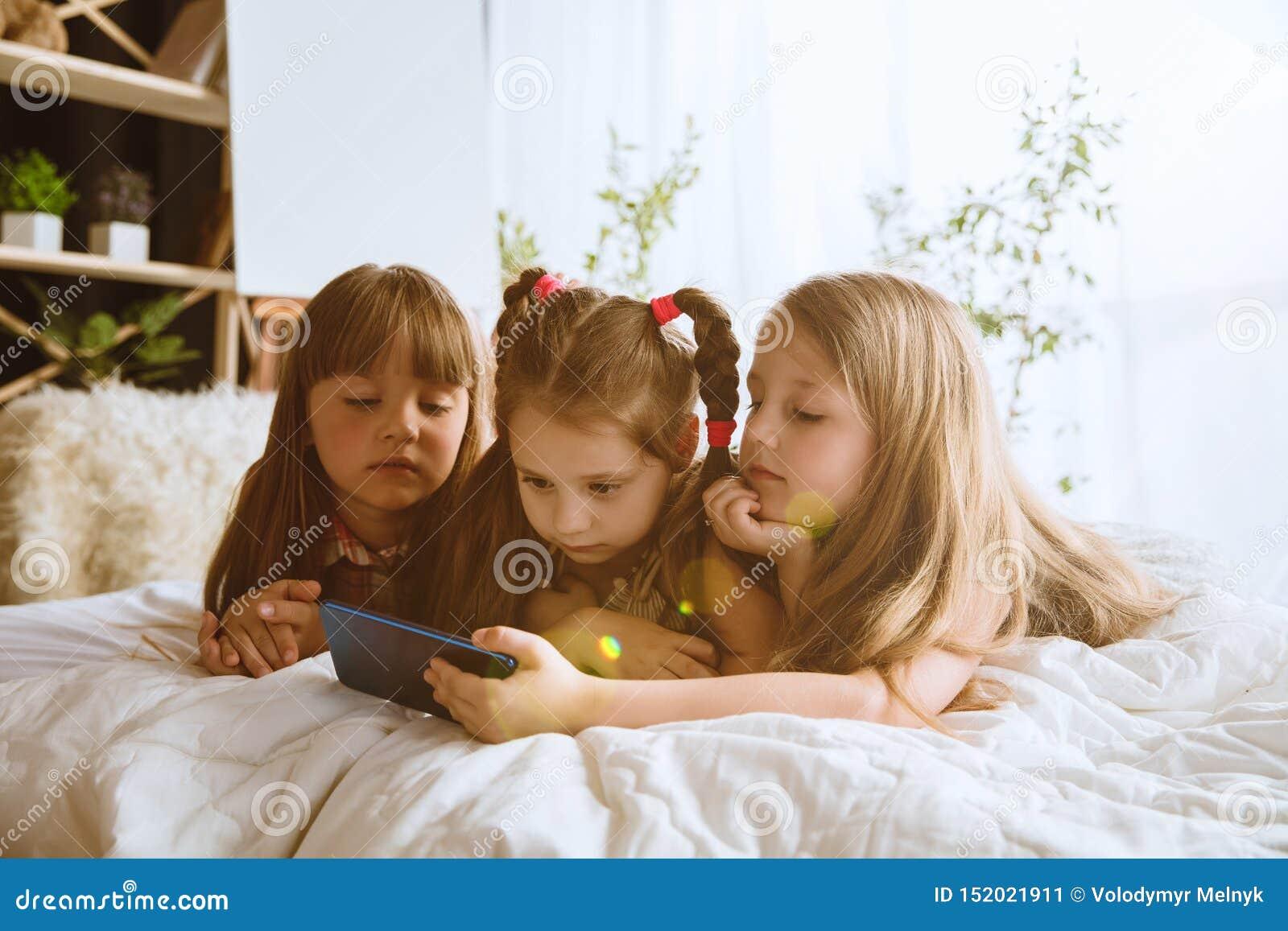 在家使用不同的小配件的女孩