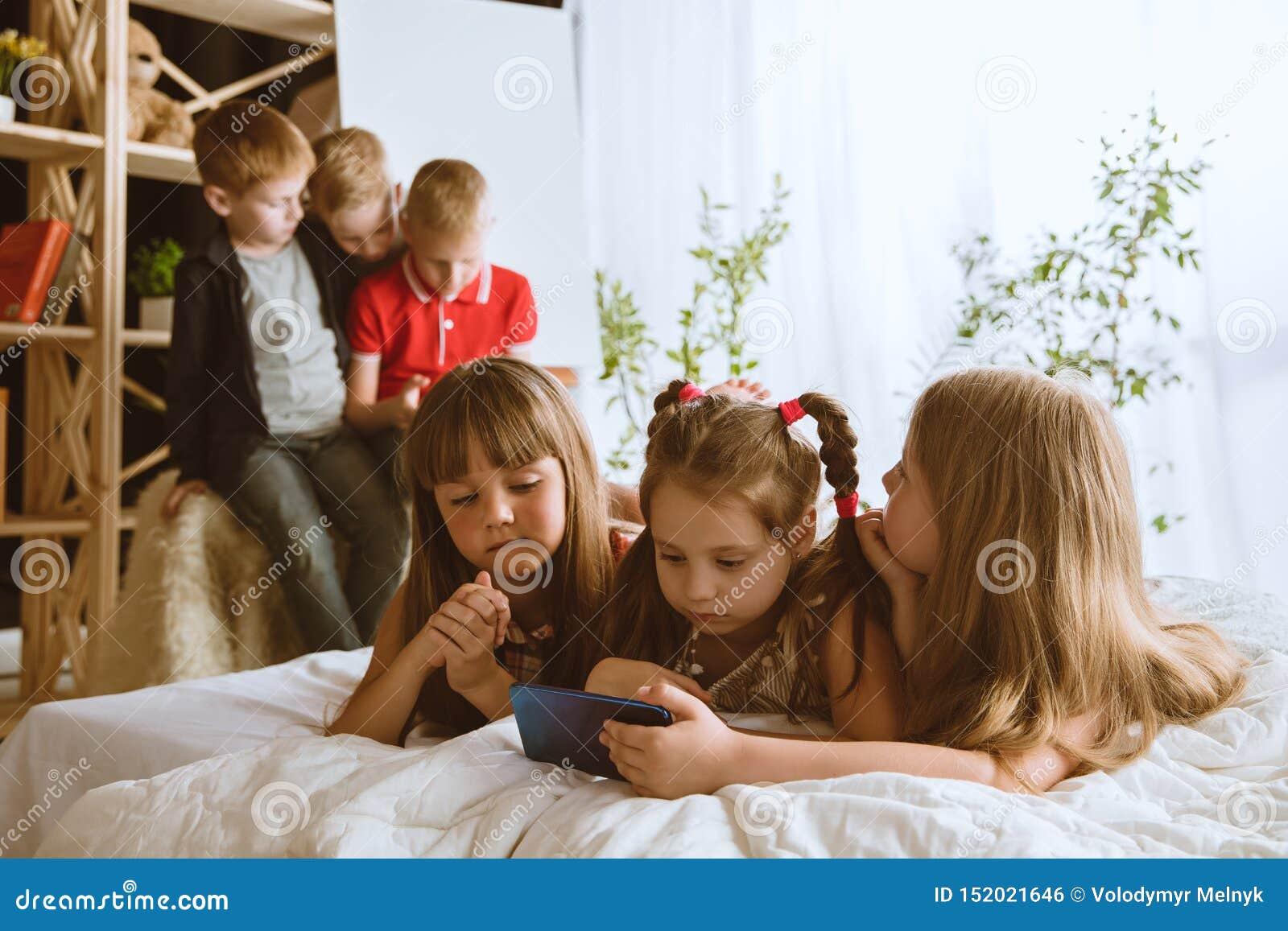在家使用不同的小配件的小男孩和女孩